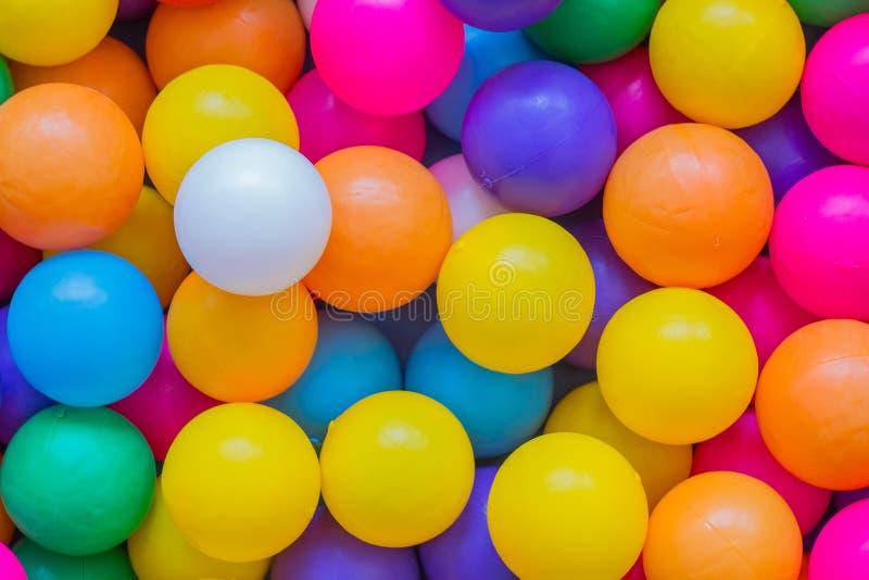 Bolas coloridas no campo de jogos fotos de stock