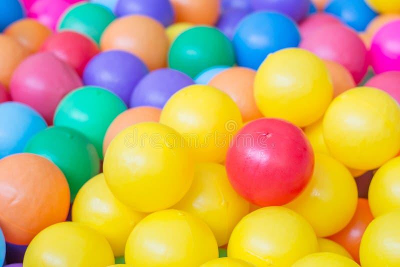 Bolas coloridas no campo de jogos imagem de stock