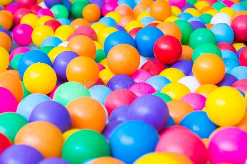 Bolas coloridas no campo de jogos fotos de stock royalty free