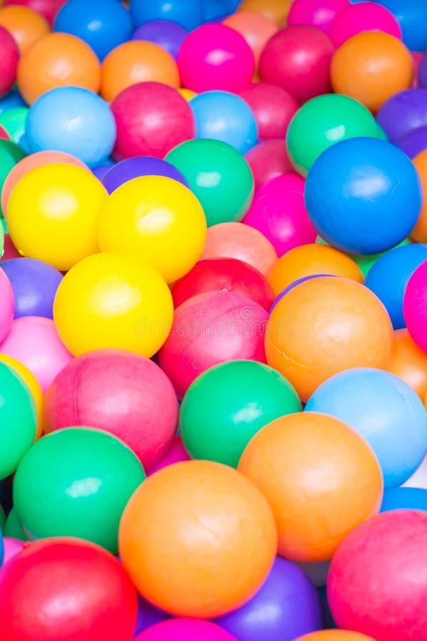 Bolas coloridas no campo de jogos foto de stock