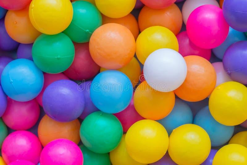 Bolas coloridas no campo de jogos imagens de stock royalty free