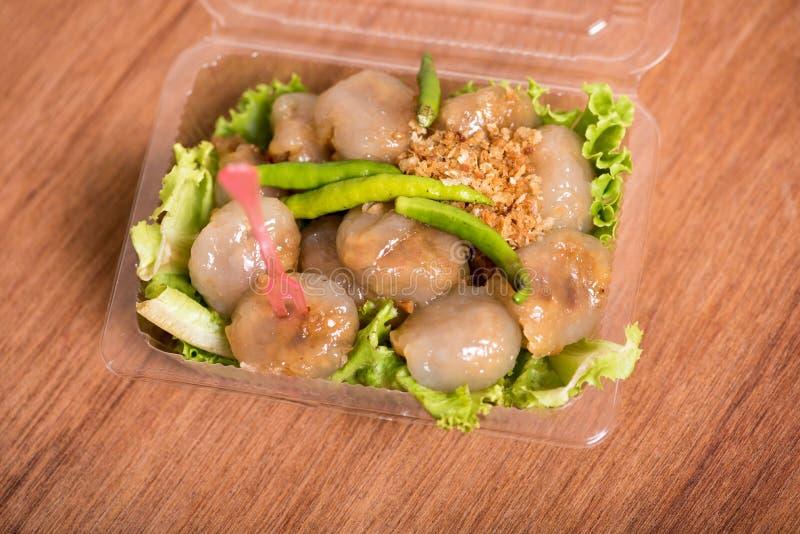 Bolas cozinhadas do sagu da bolinha de massa das tapiocas com carne de porco na caixa do pacote imagem de stock royalty free