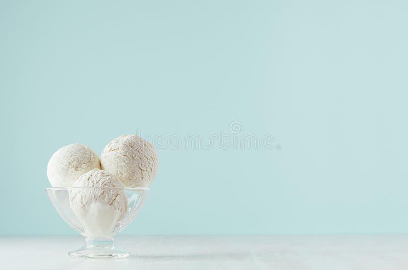 Bolas cremosas clásicas de restauración del helado en bol de vidrio en la tabla de madera blanca y el fondo en colores pastel lig imagenes de archivo
