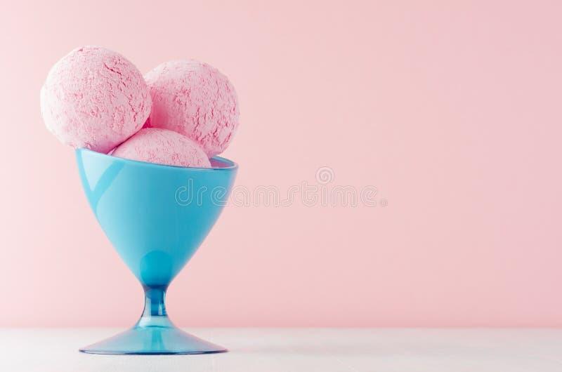Bolas cremosas cor-de-rosa clássicas de refrescamento do gelado na bacia azul elegante no fundo cor-de-rosa pastel de madeira bra fotos de stock
