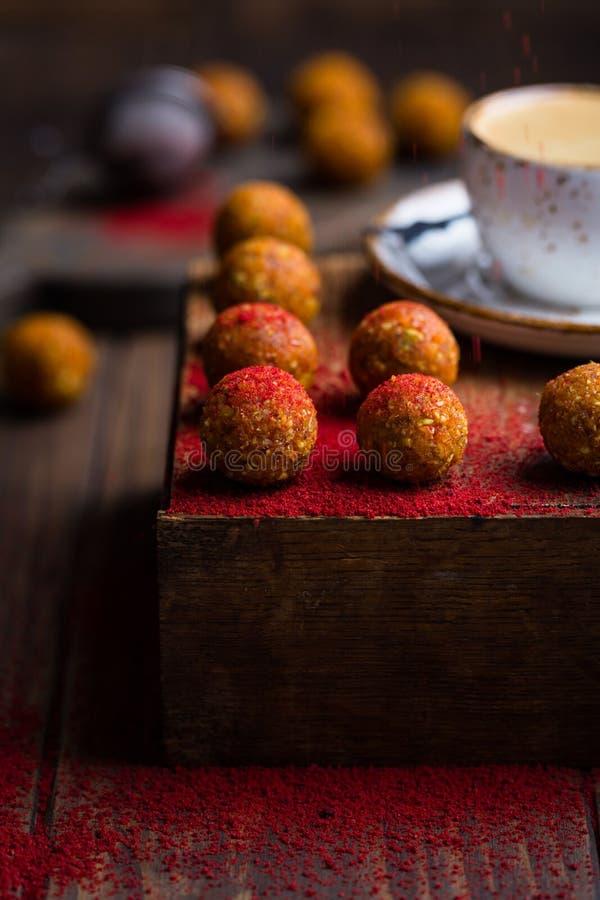 Bolas cruas doces da porca e do fruto imagens de stock