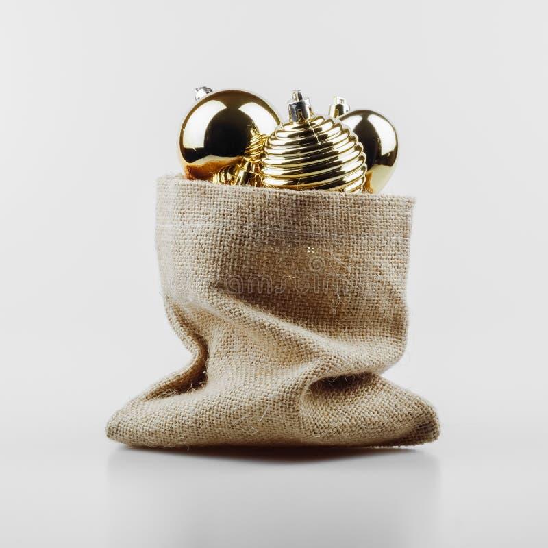 bolas da decoração dos chistmas no saco no fundo branco imagem de stock royalty free