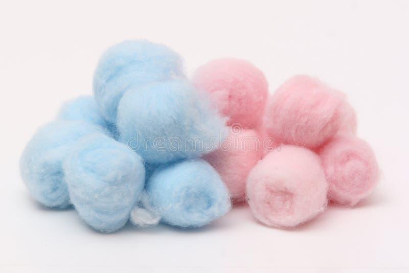 Bolas de algodón higiénicas azules y rosadas foto de archivo