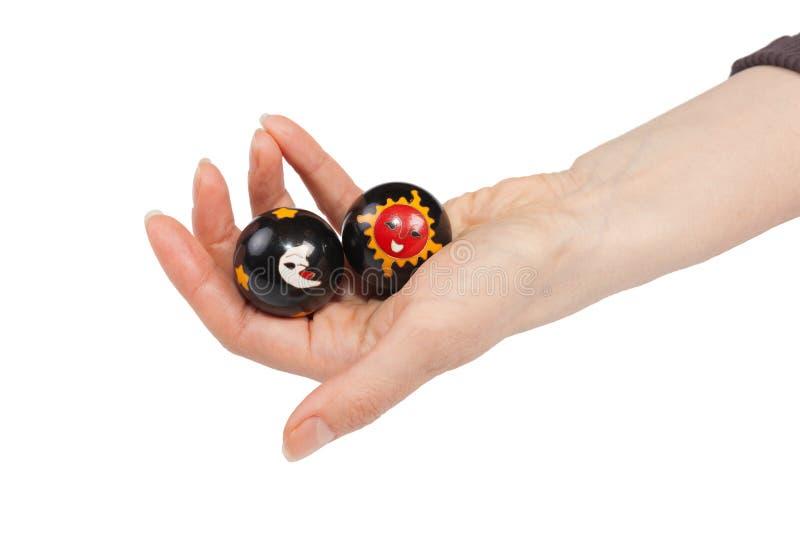 Bolas de Baoding em uma mão fêmea imagem de stock