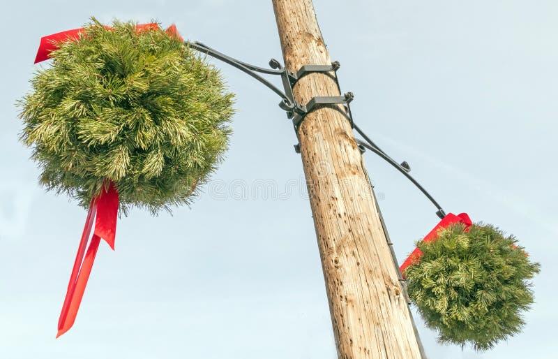 Bolas de beijos verdes com fita vermelha, vara ornamental foto de stock royalty free