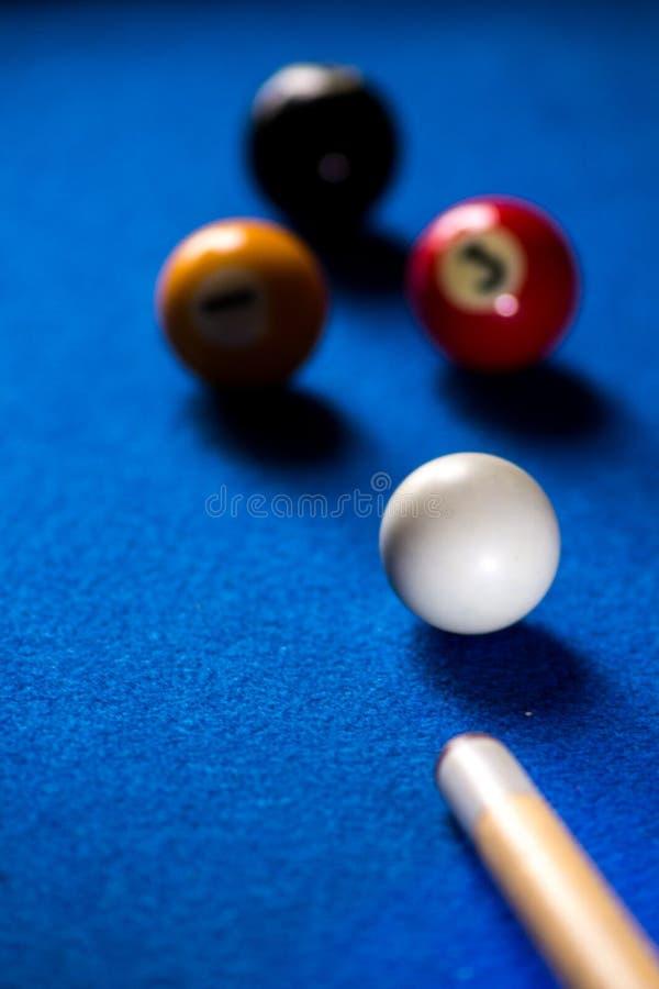Bolas de bilhar da associa??o no grupo azul do jogo do esporte da tabela Sinuca, jogo da associa??o fotografia de stock royalty free