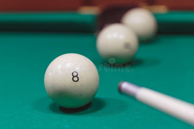 Bolas de bilhar em uma mesa de bilhar foco na bola oito foto de stock royalty free