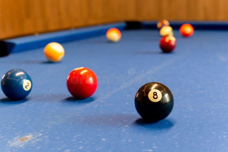 Bolas de bilhar no foco selecionado da tabela de sinuca fotos de stock