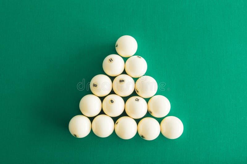 Bolas de billar blancas para los billares rusos, en un tri?ngulo en la tabla imagen de archivo libre de regalías