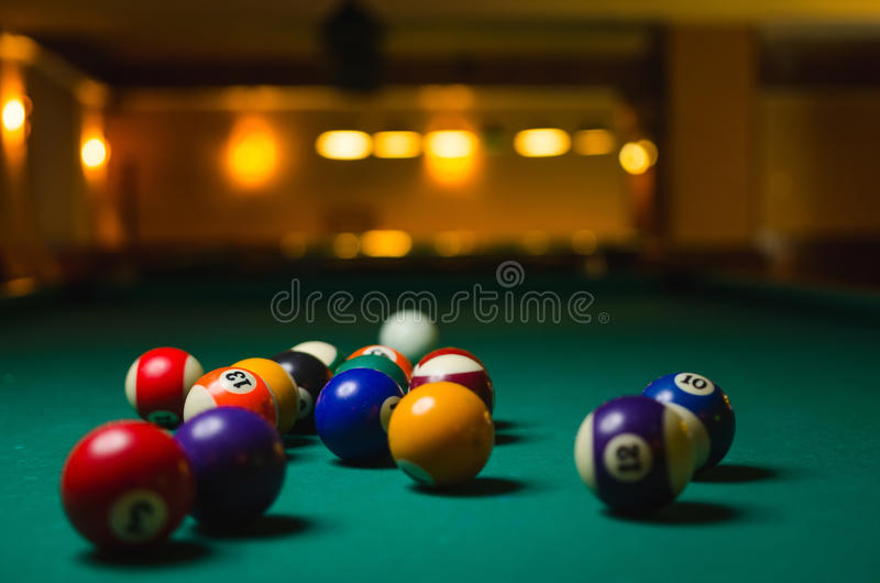 Bolas de billar en una mesa de billar imagenes de archivo