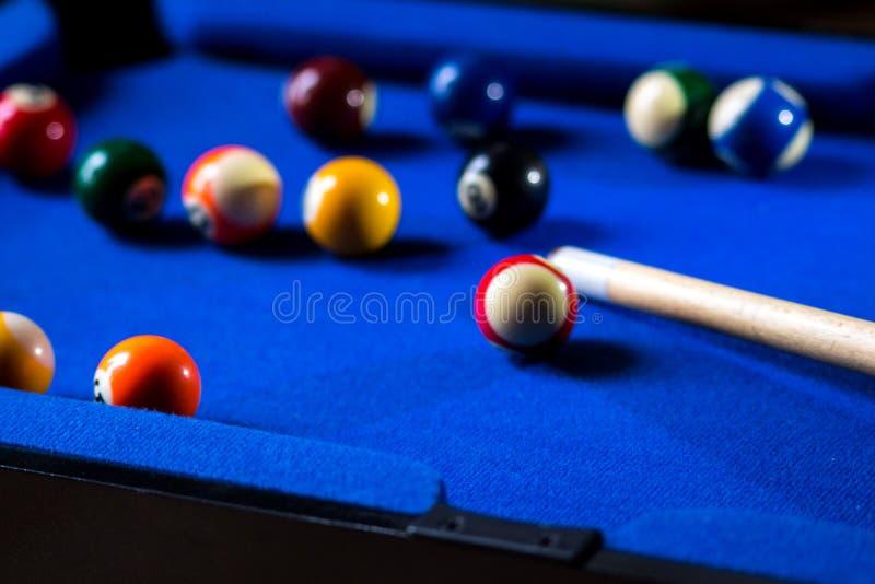 Bolas de billar de la piscina en sistema azul del juego del deporte de la tabla Billar, juego de la piscina imagen de archivo libre de regalías