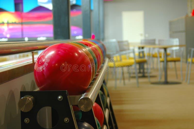 Bolas de bowling en un estante fotos de archivo libres de regalías
