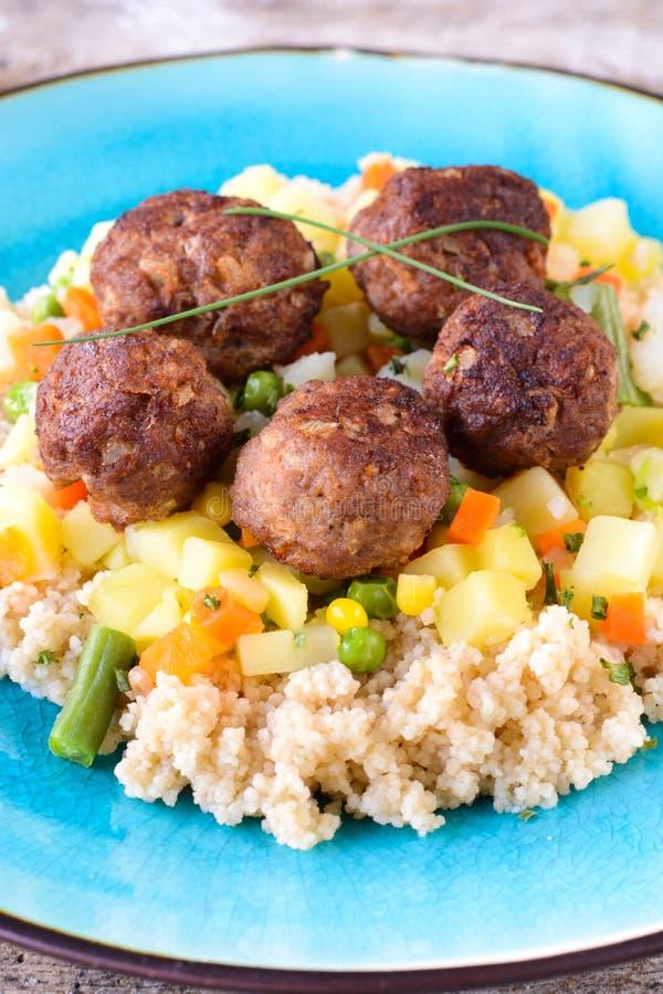 Bolas de carne e cuscuz com vegetais fotografia de stock