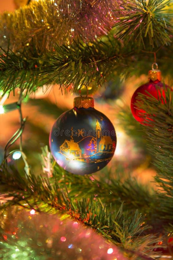 Bolas de cristal azules hermosas en el árbol de navidad fotos de archivo