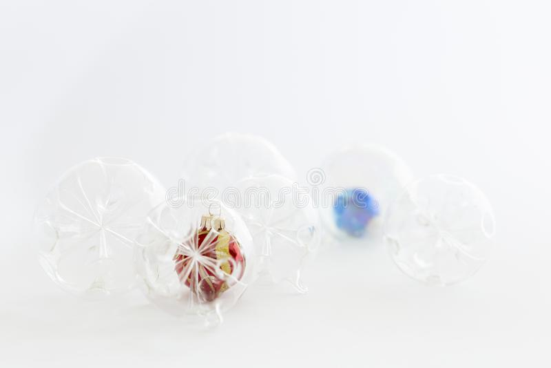 Bolas de cristal hermosas de la Navidad transparente, roja y azul fotografía de archivo