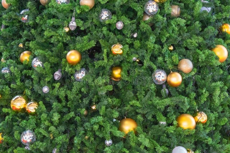 Bolas de cristal hermosas y bombillas los ornamentos en un Christm foto de archivo libre de regalías