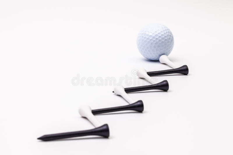Bolas de golfe brancas e T de madeira imagens de stock