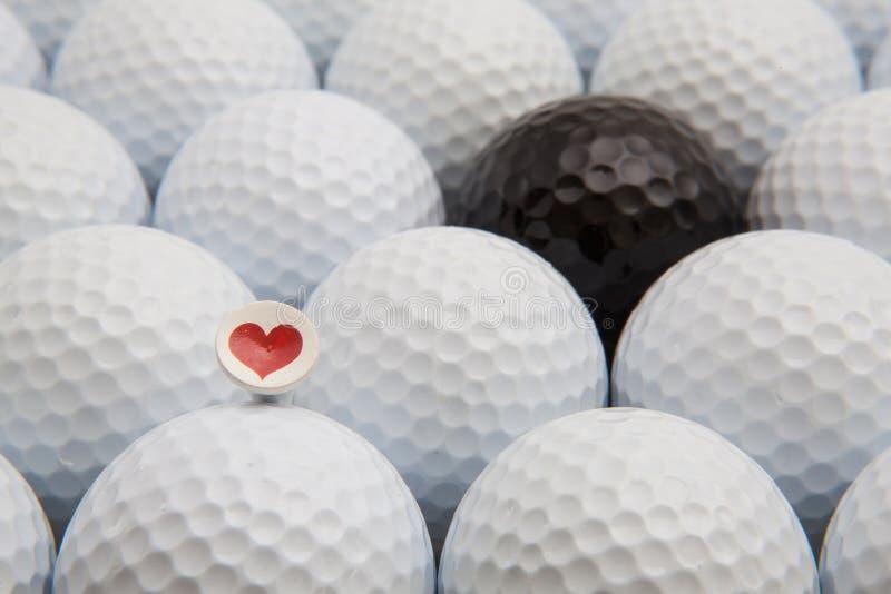 Bolas de golfe diferentes e T romântico fotografia de stock
