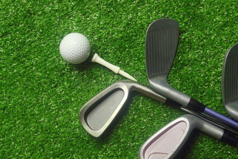 Bolas de golfe e clubes de golfe na grama verde fotografia de stock royalty free