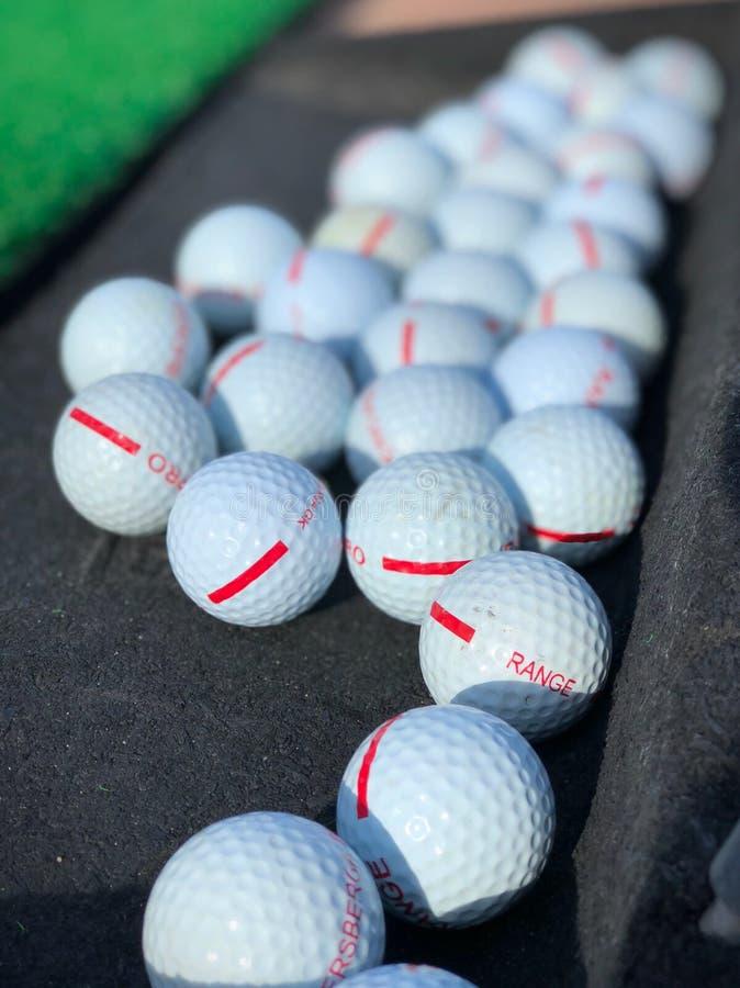 Bolas de golfe no driving range pronto para bater fora fotos de stock royalty free