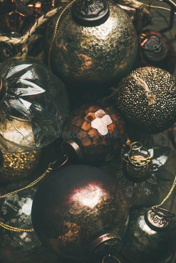 Bolas de la decoración del día de fiesta de la Navidad del vintage o del Año Nuevo, composición vertical fotografía de archivo libre de regalías