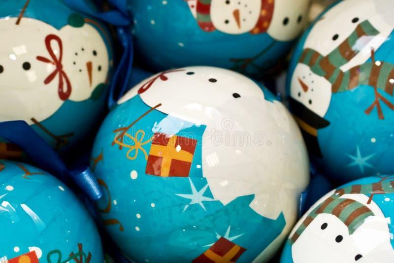 Bolas de la Navidad con el muñeco de nieve fotografía de archivo
