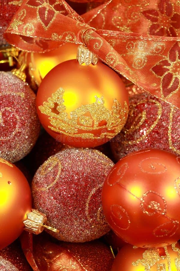 Bolas de la Navidad con la cinta fotos de archivo