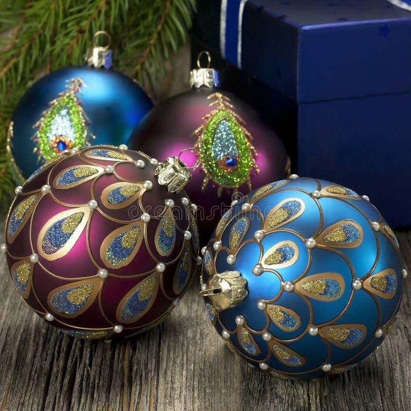 Bolas de la Navidad con las decoraciones fotos de archivo