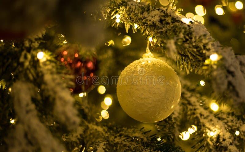 Bolas de la Navidad del oro con el árbol de navidad fotografía de archivo