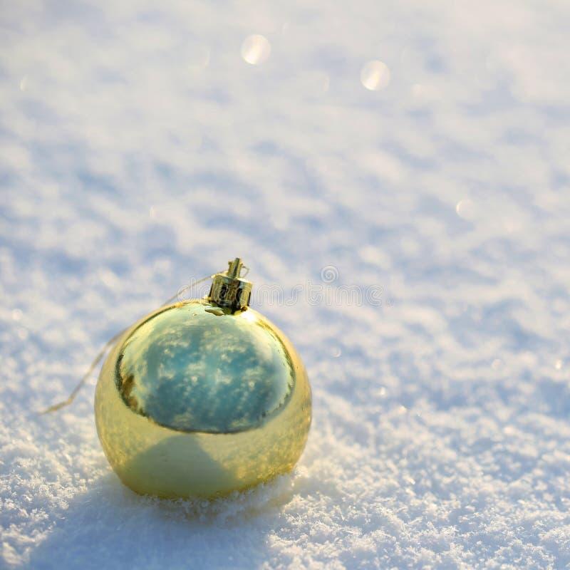 Bolas de la Navidad del oro en nieve. Afuera. imagen de archivo libre de regalías