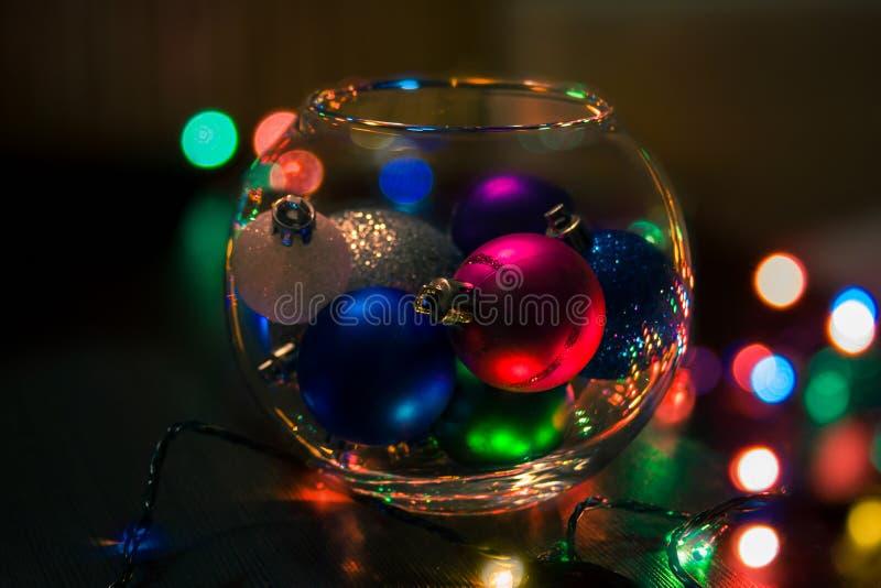 Bolas de la Navidad en un florero imagen de archivo