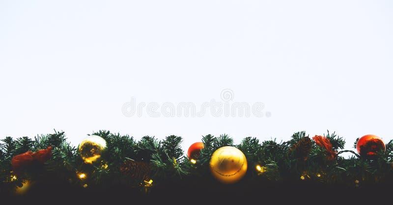 Bolas de la Navidad que cuelgan en un árbol de navidad imagenes de archivo