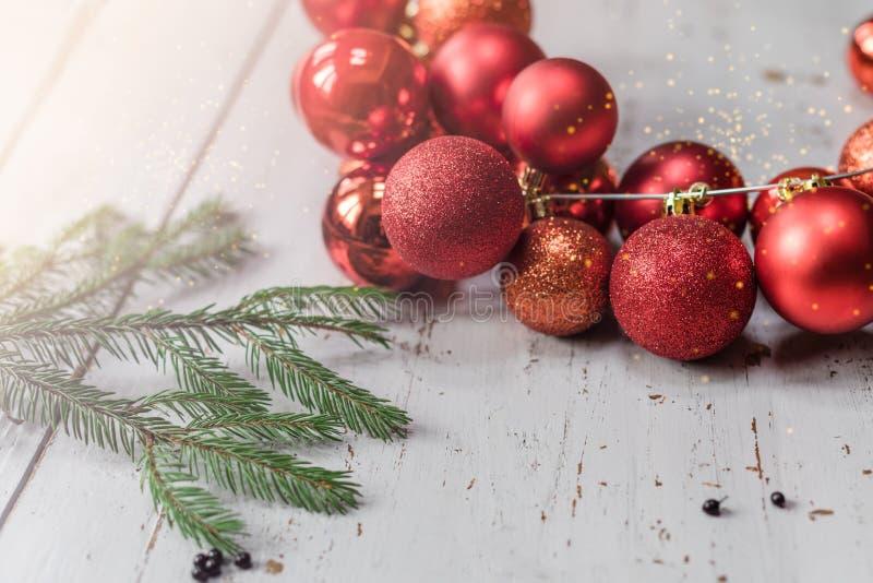 Bolas de la Navidad rojas y fondo del oro con una rama del abeto foto de archivo libre de regalías