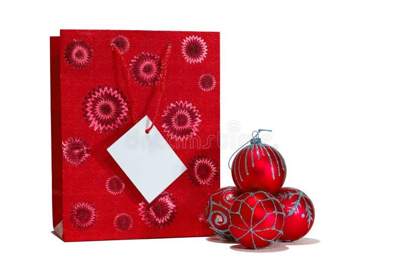 Bolas de la Navidad y bolso rojos del regalo imagen de archivo