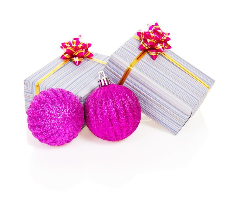 Bolas de la Navidad y cajas de regalo rosadas en rayado imagen de archivo libre de regalías