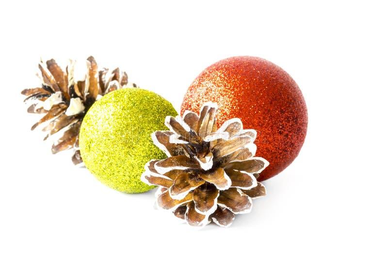 Bolas de la Navidad y conos del pino fotografía de archivo libre de regalías