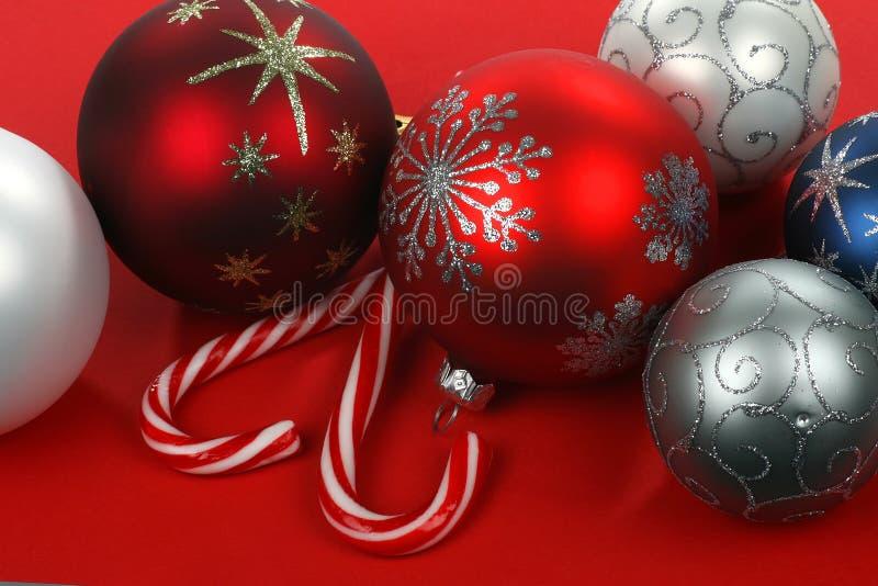 Bolas de la Navidad y TW rojas, azules, blancas y de plata imágenes de archivo libres de regalías