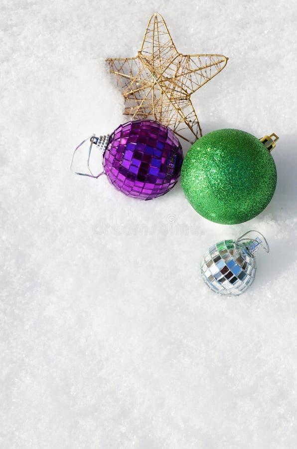 Bolas de la Navidad y una estrella en la nieve, visión superior imágenes de archivo libres de regalías