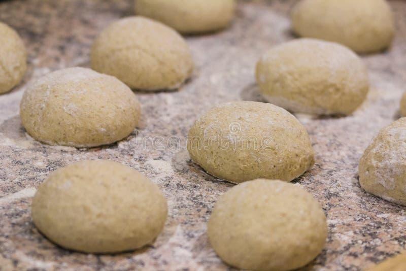 Bolas de la pasta de la pizza del trigo integral fotos de archivo libres de regalías