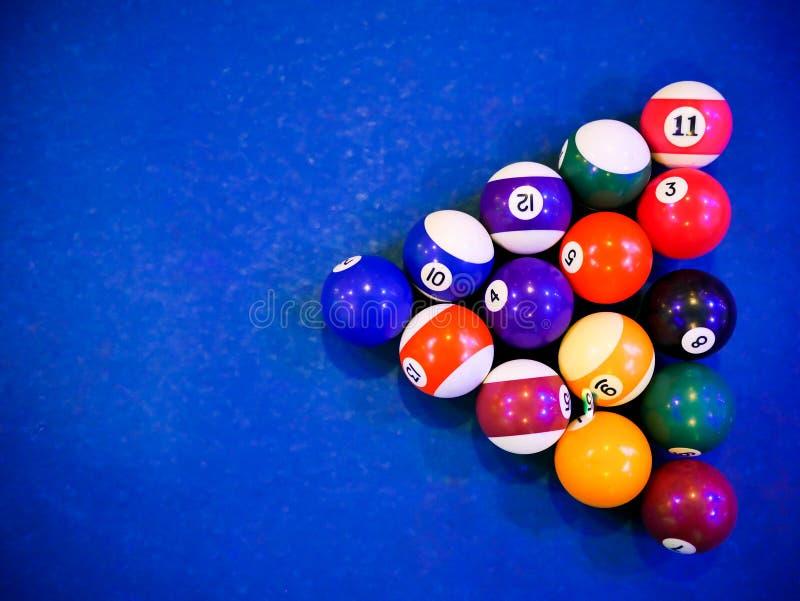 Bolas de la pirámide del billar del billar en la tabla azul de la piscina foto de archivo libre de regalías