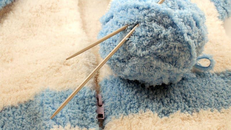 Bolas de lana y agujas que hacen punto foto de archivo