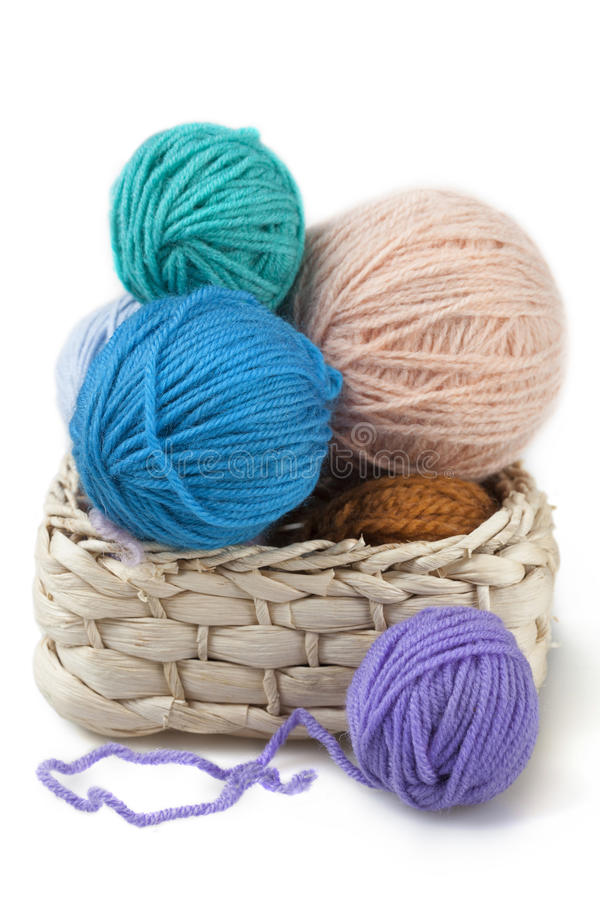 Bolas de lanas en la cesta imágenes de archivo libres de regalías