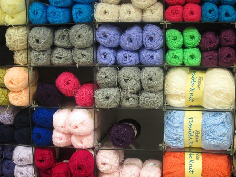 Bolas de lanas que hacen punto. foto de archivo libre de regalías