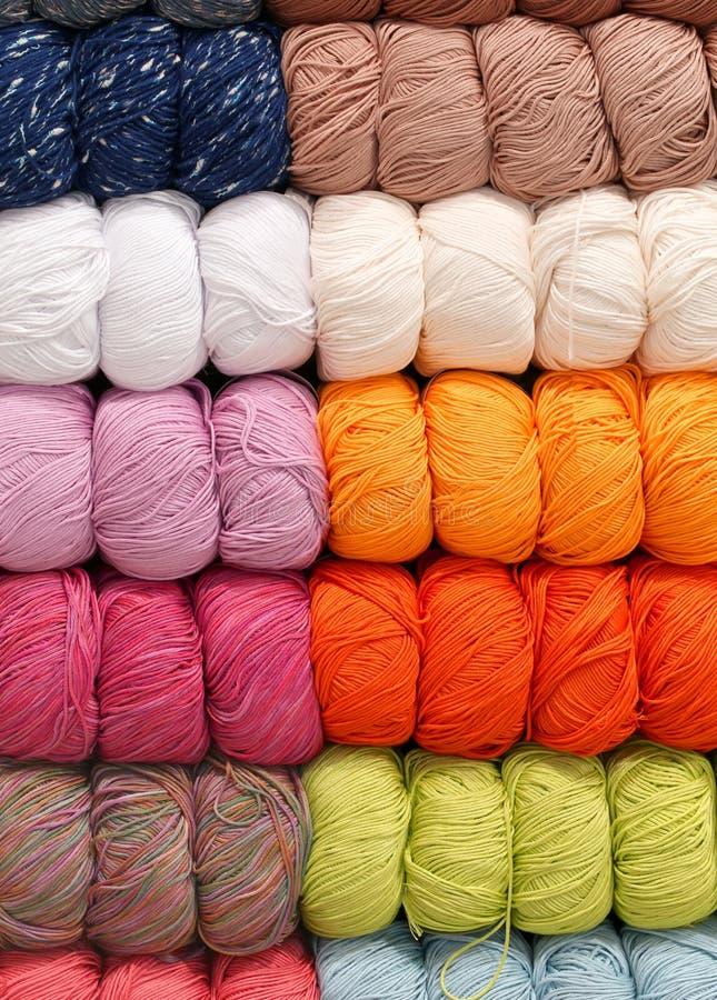 Bolas de las lanas para la venta en los artículos de los géneros de punto de la tienda fotos de archivo