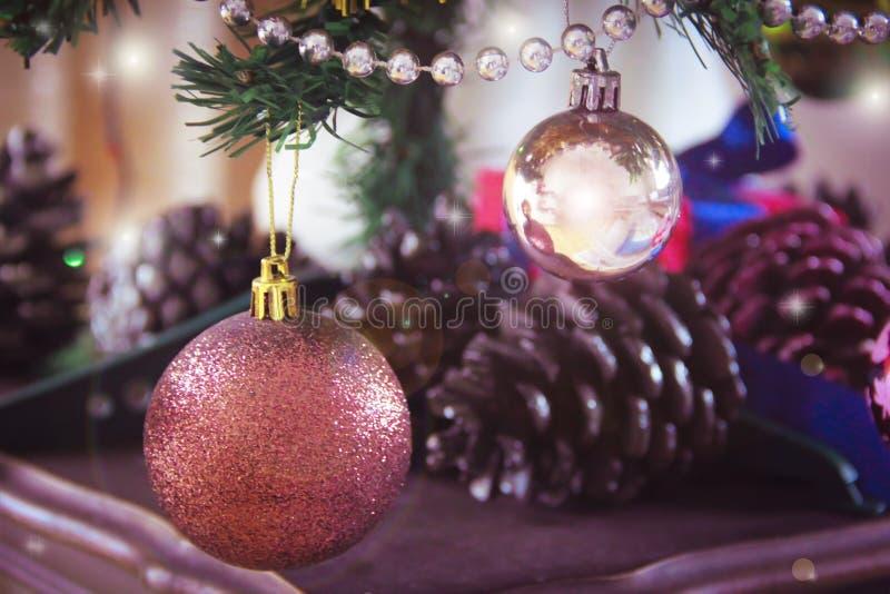 Bolas de los juguetes en el árbol de navidad para el día de fiesta del Año Nuevo imagen de archivo