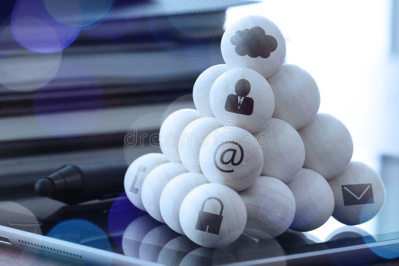 Bolas de madeira com ícones da tecnologia no computador como a rede da nuvem fotografia de stock royalty free